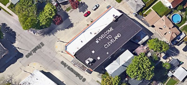 Pour désorienter les passagers d'avion, un habitant de Milwaukee écrit «Bienvenue à Cleveland» sur son toit !