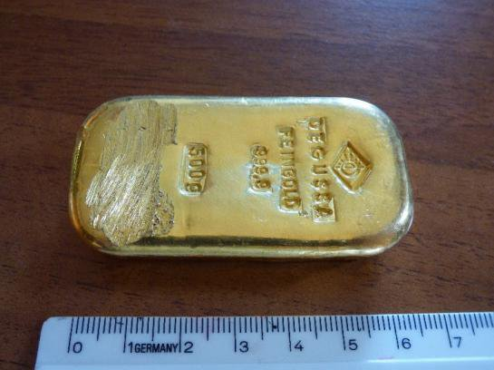 Une ado trouve un lingot d'or en nageant dans un lac !