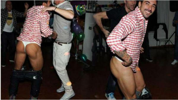 Le footballeur parisien Ezequiel Lavezzi en string mdrr