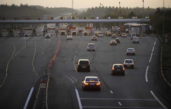 Un homme arrête son camion en plein milieu de l'autoroute pour dormir !