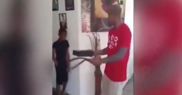 Il roule sur la Xbox de son fils pour le punir d'avoir volé !
