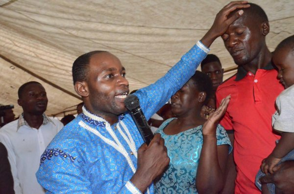 Un pasteur africain vend des stylos bénis pour réussir vos examens !
