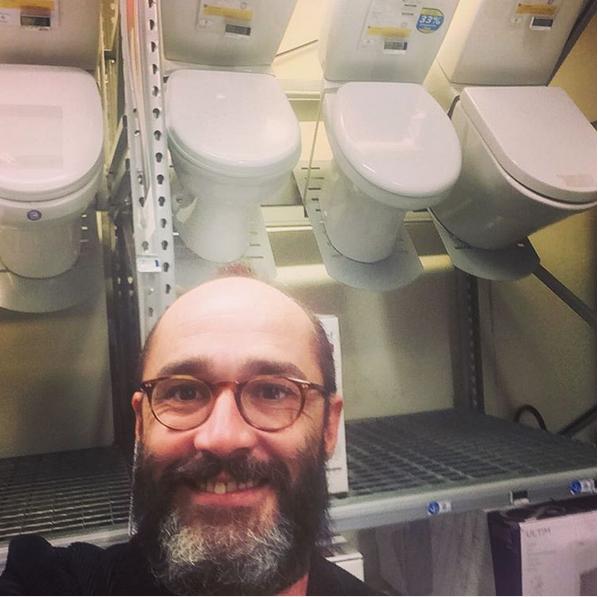 Jamais homme ne fut si heureux de ses nouvelles toilettes !