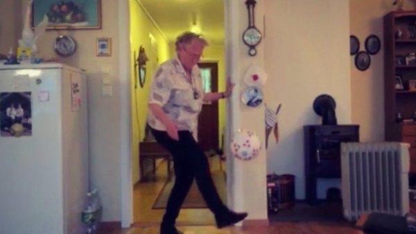 Cette grand-mère de 90 ans jongle mieux que toi !