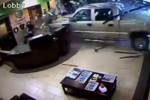 VIDEO - Mécontent, un client fonce avec sa voiture sur l'entrée d'un hôtel !