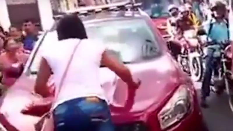 VIDEO - Une Colombienne saute sur la voiture de son mari au milieu de la rue !