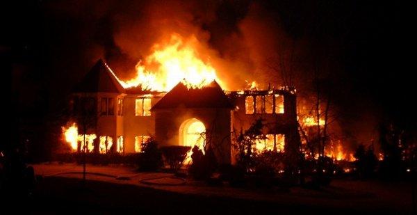 Ivre, il met le feu dans son salon pour se réchauffer !