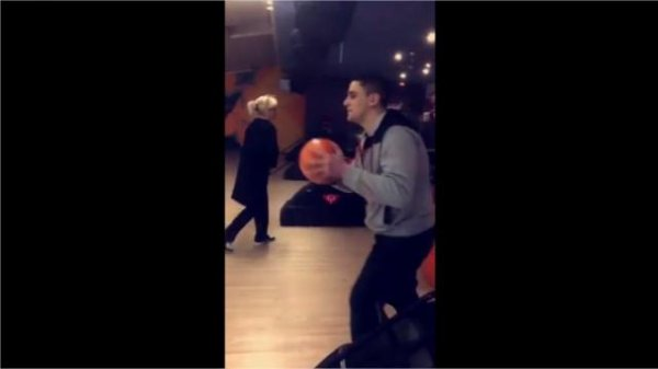 VIDEO - Il détruit un bowling en tentant un strike !