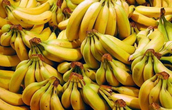 La police le force à manger 40 bananes pour déféquer le bijou volé !