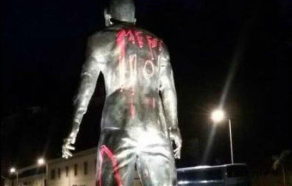 La statue de Ronaldo vandalisée par des fans de Messi !