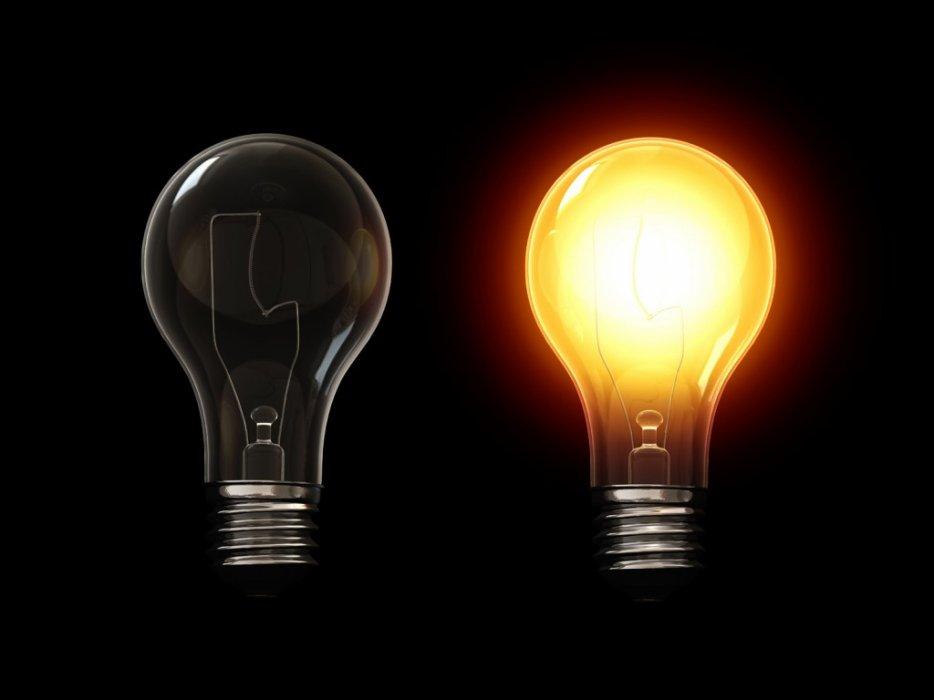 VIDEO - Il éclate une ampoule au plafond en urinant dessus !