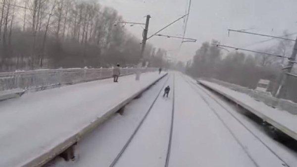 VIDEO - Russie : Il fait du ski sur une voie ferrée tiré par un train !