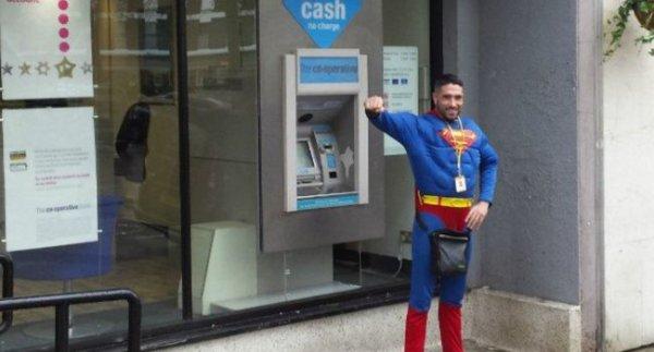 Déguisé en Superman, cet homme a secouru une femme qui se faisait agresser !