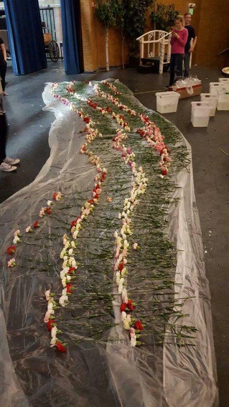 PHOTOS - Il offre 900 fleurs à toutes les filles de son lycée !