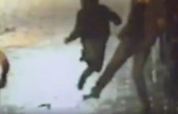VIDEO - Il aide la police en faisant un croche-pied à un fugitif !