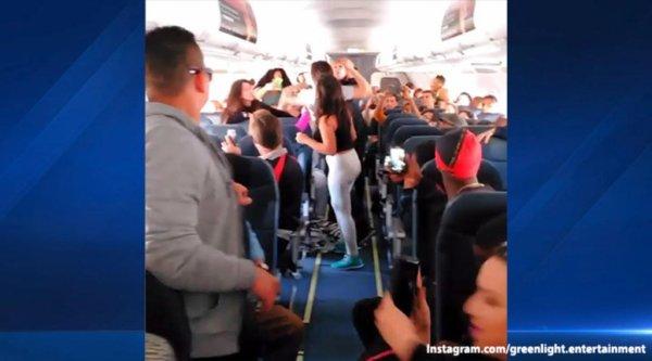 VIDEO - Une violente bagarre éclate entre 5 femmes dans un avion !