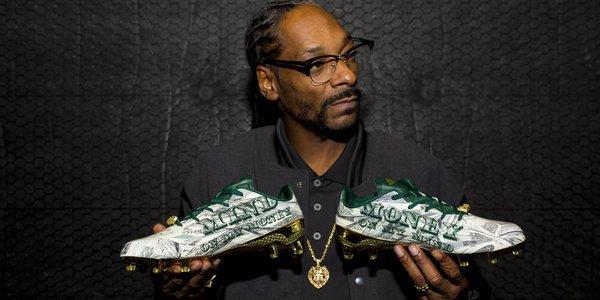 PHOTOS - Snoop Dogg dévoile une paire de chaussures au look billets de banque !