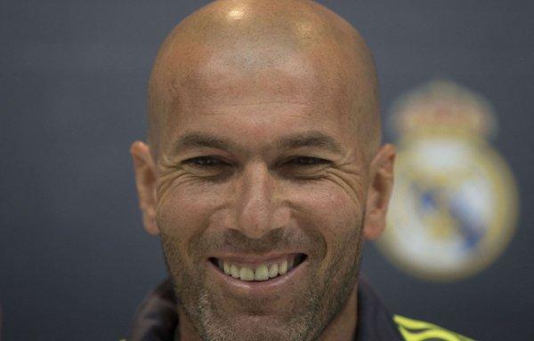 VIDEO - Zidane colle son chewing-gum sous une table du Barça !
