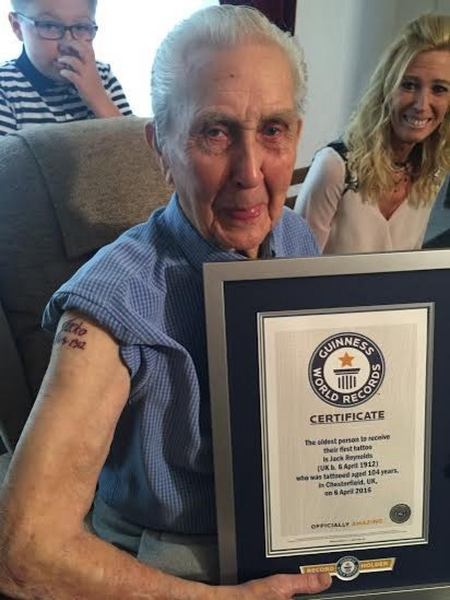 A 104 ans, il se fait tatouer et entre dans le Guinness des records !