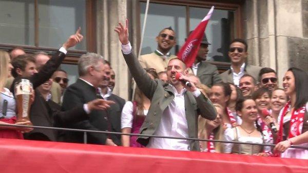 """VIDEO - Franck Ribéry chante """"Les Champs-Elysées"""" pour fêter le titre du Bayern !"""