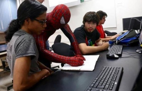 VIDEO - Un Mexicain donne ses cours déguisé en Spider-Man !