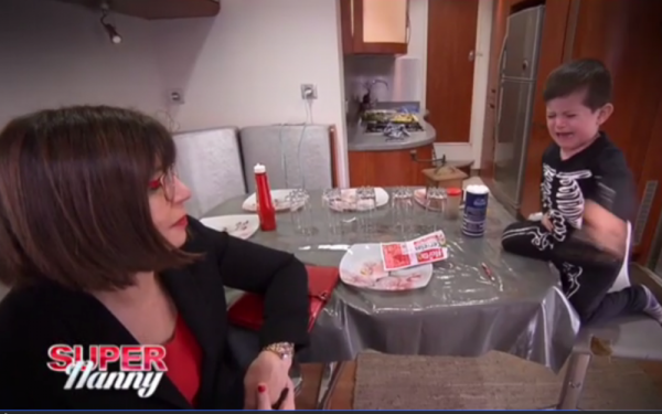 VIDEO - Quand Super Nanny se prend un coup de fourchette !