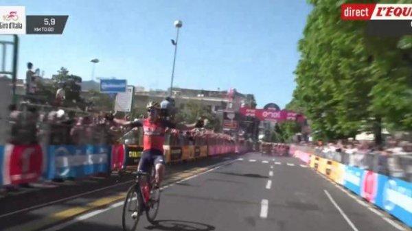 VIDEO : un cycliste célèbre sa victoire alors qu'il reste un tour !