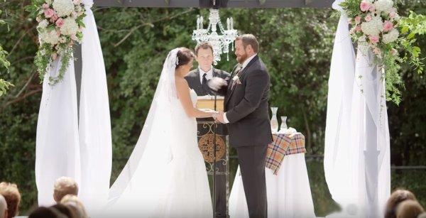 VIDEO - Le marié frappe sa femme en voulant éloigner une abeille !
