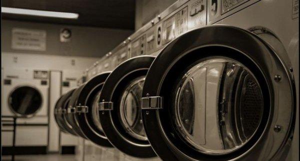 il enferme son fils de trois ans dans une machine à laver pour une photo !