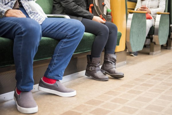 À Madrid, les hommes ne peuvent plus s'asseoir les jambes écartées dans le bus !