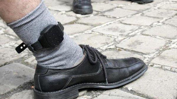 Il accroche le bracelet électronique à la prothèse de jambe !