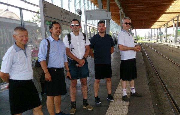 Interdits de bermudas, des conducteurs de bus et de tram travaillent en jupe !