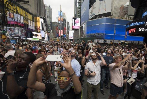 Des Américains se sont mis de la crème solaire dans les yeux pour regarder l'éclipse !