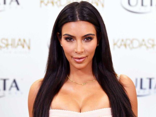Kim Kardashian nue sur des fournitures scolaires !