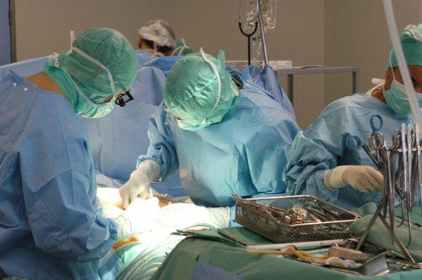 Après une opération chirurgicale, elle «accouche» d'un gant et de 5 compresses !