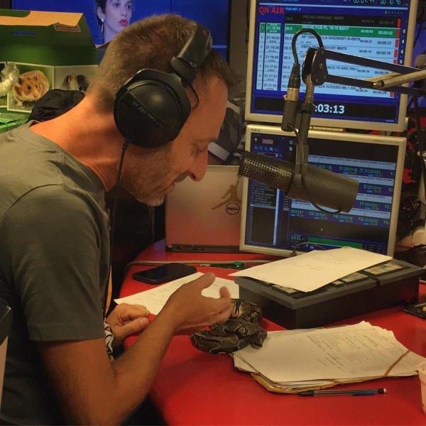 Karim ramène son serpent dans la Radio Libre