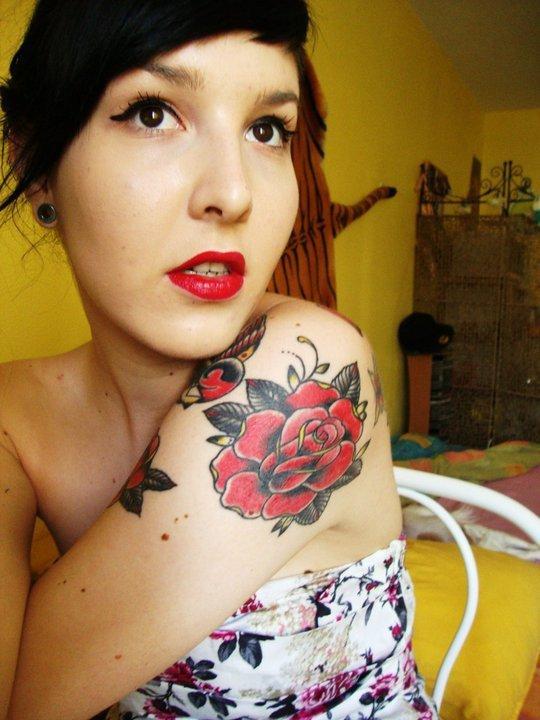Les lèvres aussi rouges que ses roses ..