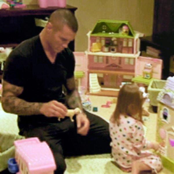 Alanna & Randy jouent à la poupée 3