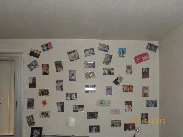 voici le mur de ma chambre avec nos famille, gwend,nos amis,moi et quelques cartes postals