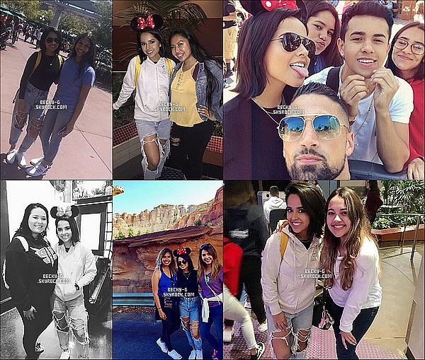 19 / 04 / 17 : Beckyaccompagnéeson chéri& sa famille ont été à Disneyland en Floride. Becky a pu posé pour des photos avec des fans qui l'ont rencontré dans ce parc d'attraction. Becky a l'air de bien s'amuser !! LIKKEE.