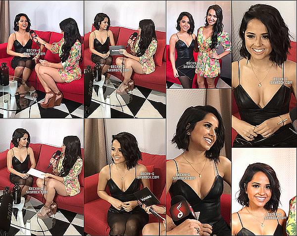 """26 / 04 / 17 : Beckya été donner une interview pour la radio latina """"La Musica"""" à Miami. Beckya été vraiment souriante en compagnie de la journaliste. J'adore vraiment sa robe noir qui la met beaucoup en valeur. Au Top !"""