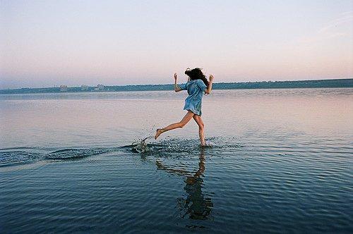Je voudrais partir jusqu'à la mer,  allongée sur le sable,  reprendre un peu l'air.