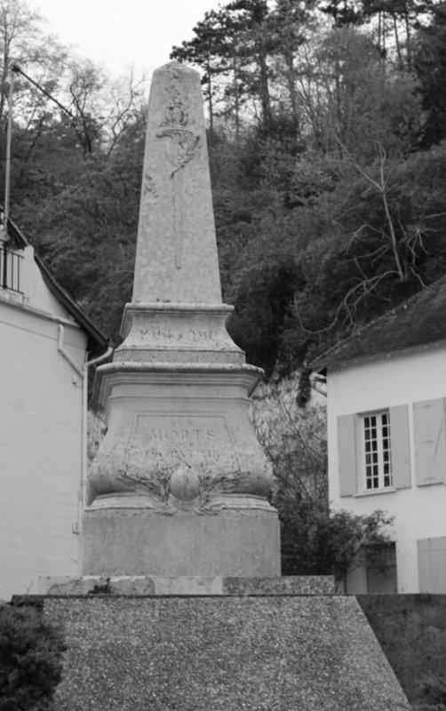 MONUMENT AUX MORTS   LA ROCHE GUYON (95) parc du Vexin.