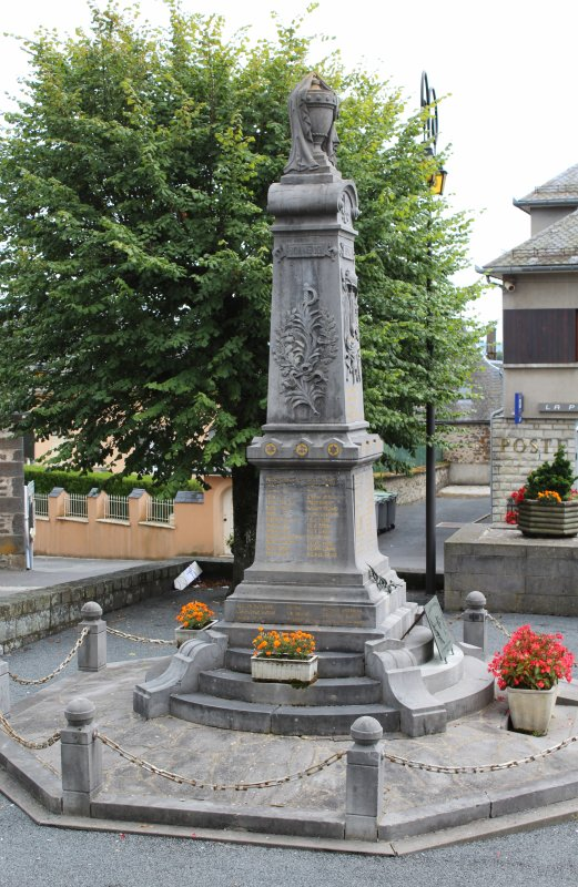 MONUMENT NEUVEGLISE (CANTAL)