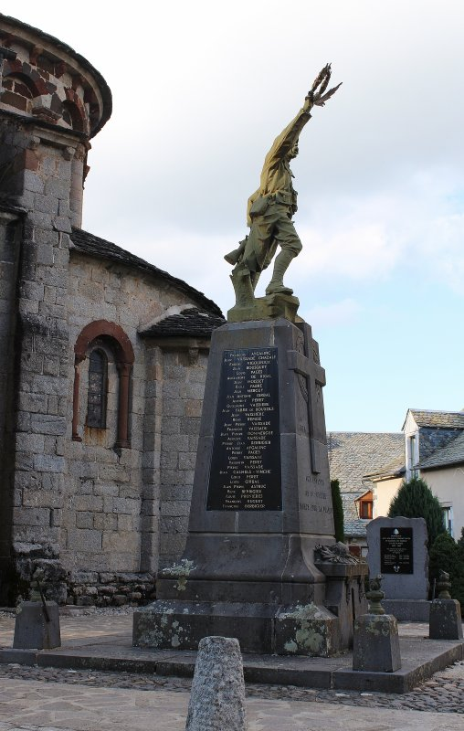 MONUMENT ST-URCIZE (CANTAL)