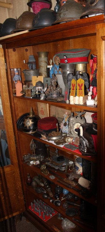 COLLECTION WW.1 MEUBLE VITRINE. (UNE PARTIE)