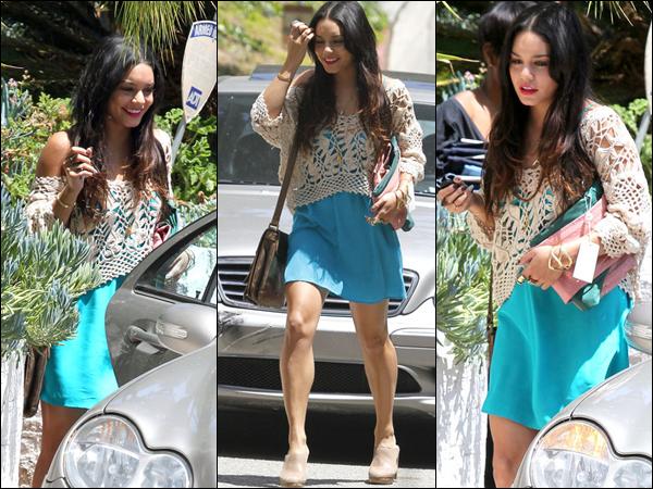 Voilà une tenue que Vanessa à porté le 9 mai 2012. C'est un TOP que nous fait Vanessa. J'aime la robe et le pull en crochet par dessus. ;)