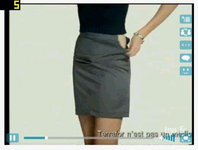 femme en jupe gris