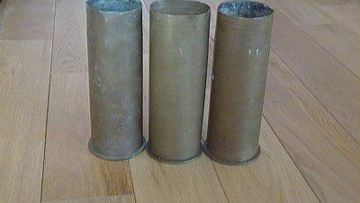 Rentré de brocante ( 3 douilles d'obus de 77 mm allemandes une de 1914 , de 1915 et une de 1917 )