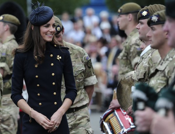 Kate Middleton se la joue Navy, Top, Bof ou Flop? :)